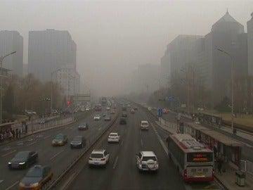 Frame 0.83661 de: La contaminación ahoga el norte de China y se fomentan los viajes para escapar