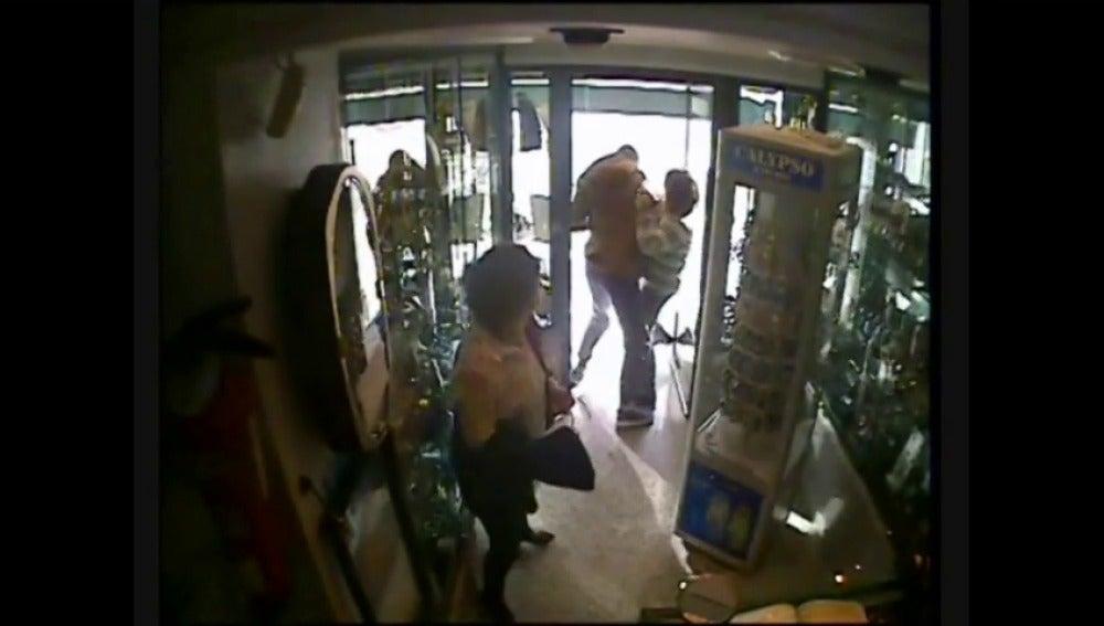 Frame 33.470785 de: Detenido tras salir corriendo de una joyería con un cordón de oro valorado en 7.000 euros
