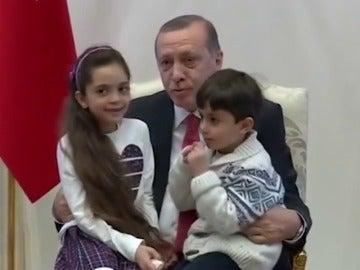 Frame 21.640518 de: Erdogan recibe en el Palacio presidencial a Bana Alabed, la niña tuitera de Alepo