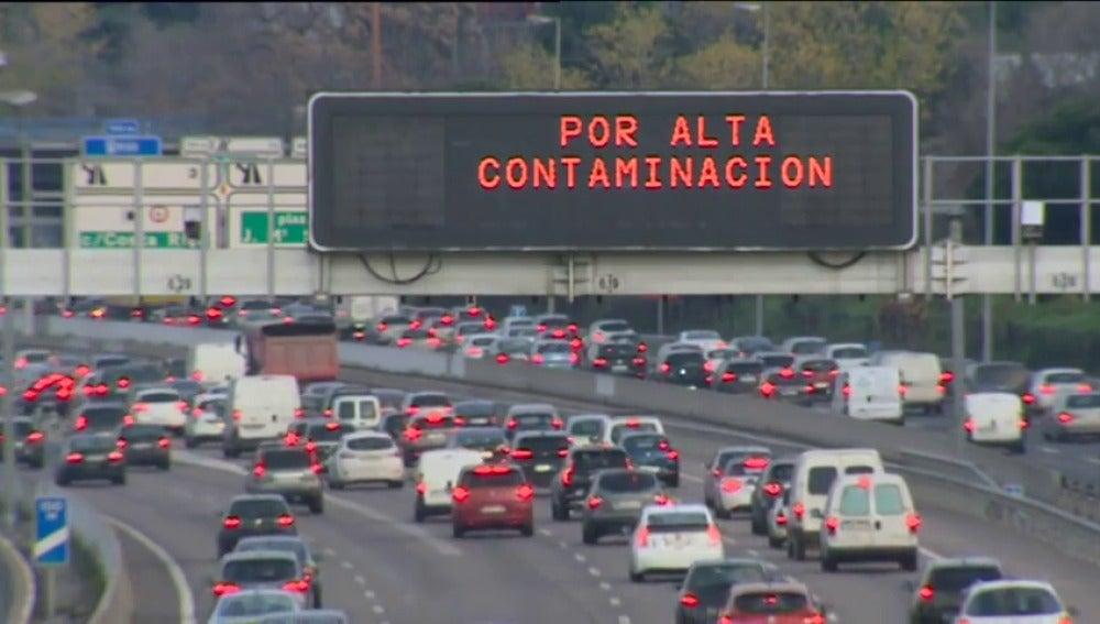 Frame 22.890968 de: El Ayuntamiento de Madrid amplía el protocolo por contaminación al viernes y limita la velocidad en la M-30