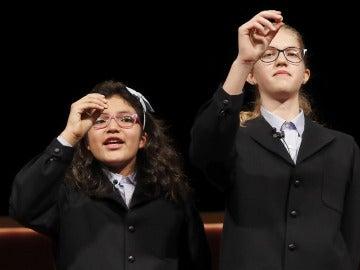 La dos niñas de San Ildefonso en el momento de cantar el Gordo