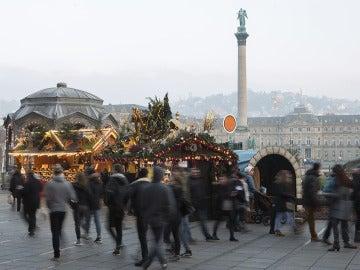 Un grupo de personas en un mercado navideño de Alemania