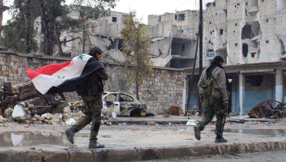 Soldados sirios en un barrio del este de Alepo