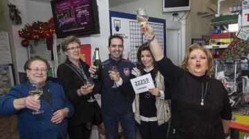 Gente celebrando el primer quinto premio