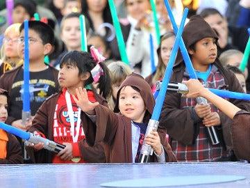 Niños vestidos de Jedi