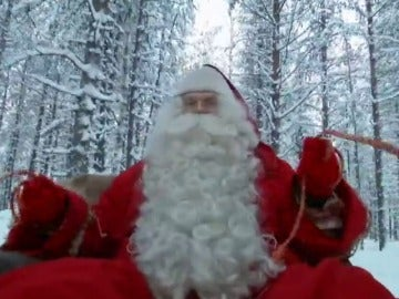 Frame 14.885325 de: Papá Noel prueba el trineo que necesitará para el reparto de millones de juguetes