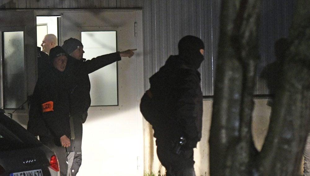 La policía durante el registro al centro de refugiados de Alemania
