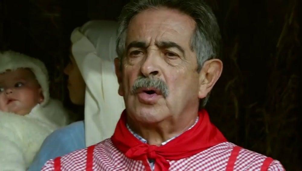 Frame 19.707272 de: El presidente cántabro Miguel Ángel Revilla le canta un villancico a los barandas de la UE
