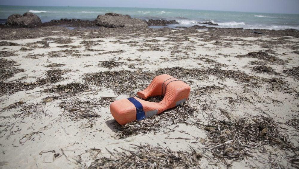 Un chaleco salvavidas permanece tirado en una playa