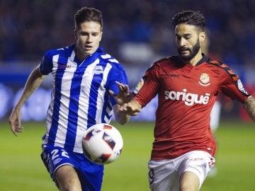 Carlos Martin Vigaray y Cristian Lobato luchan por el balón