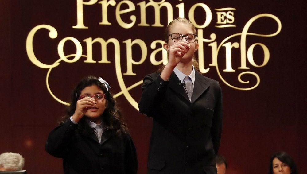 Lorena Stefan y Nicol Valenzuela, las niñas que han cantado 'El Gordo'