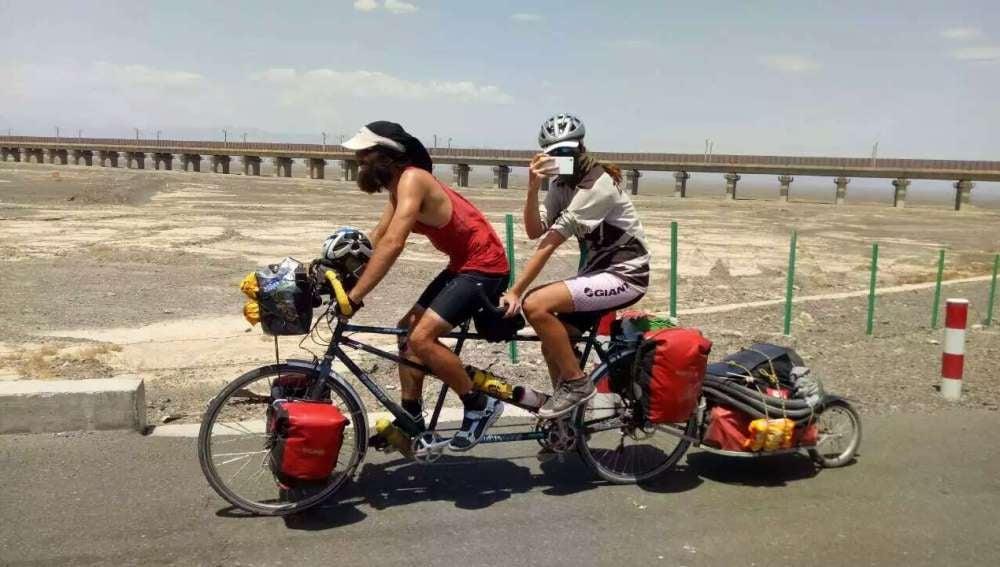 Tom y Cherry, en bicicleta