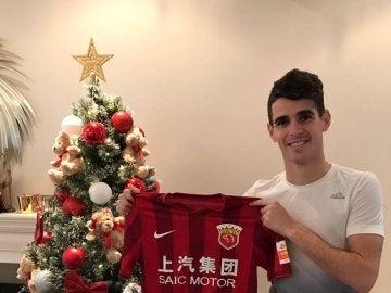 Oscar posa con la camiseta del Shanghai SIPG