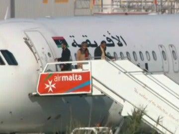 Frame 43.499836 de: Los secuestradores del avión libio se entregan