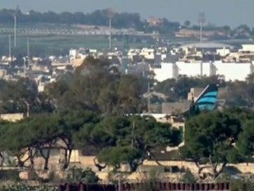 Frame 0.739637 de: Aterriza en Malta un avión libio secuestrado con 120 personas a bordo