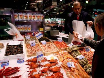 Marisco en un puesto del Mercado de Maravillas, en Madrid