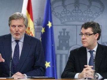 El portavoz del Ejecutivo, Iñigo Méndez de Vigo, acompañado del ministro de Energía, Álvaro Nadal