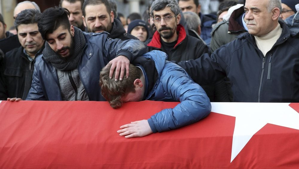 Familiares y amigos lloran sobre el ataúd de Ayhan Arik, una de las 39 víctimas del ataque al club nocturno Reina, durante su funeral en Estambul