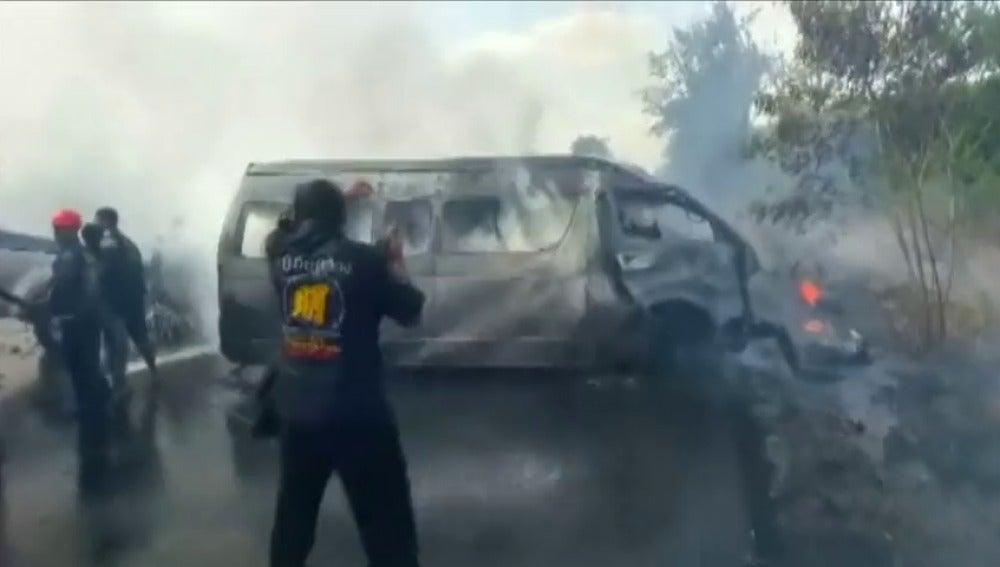 Frame 0.0 de: Al menos 25 muertos en un accidente de tráfico en una carretera de Tailandia
