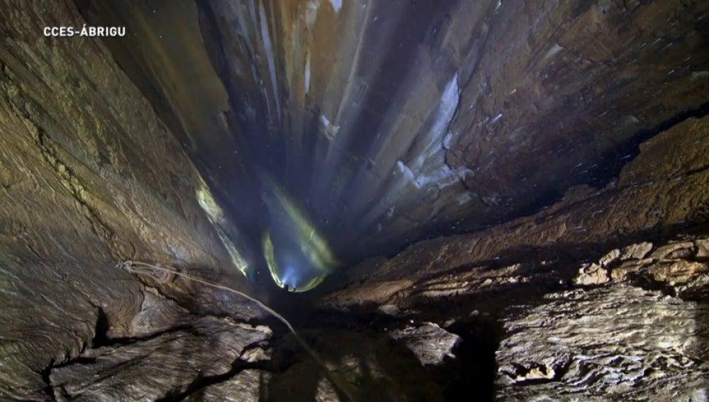 Frame 0.0 de: Descubren el mayor pozo vertical de España en Ruesga, Cantabria