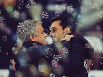 Mourinho y Arbeloa se funden en un abrazo antes del partido