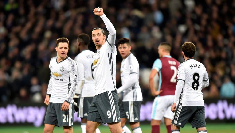El Manchester United celebrando el gol de Ibrahimovic