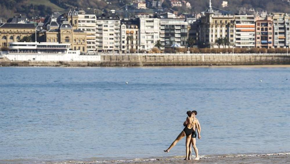 Una pareja en la playa de San Sebastián