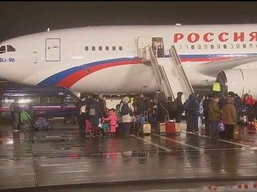Frame 14.089466 de: Llegan a Moscú los 35 diplmáticos rusos explulsados por Estados Unidos