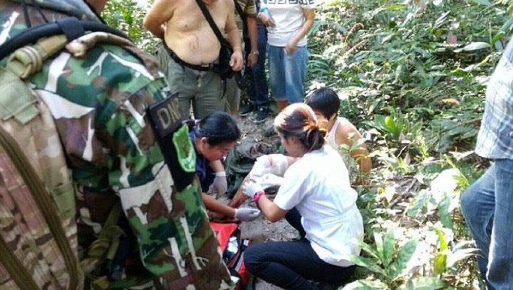 Mujer atendida por las autoridades tras ser mordida