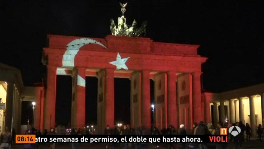 Frame 0.786666 de: Berlín se solidariza con Estambul iluminando su puerta de Brandeburgo con la bandera turca