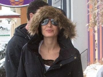 Una sonriente Angelina Jolie reaparece tres meses después