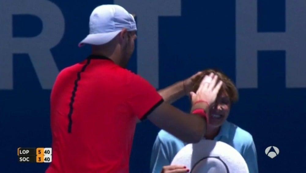 Frame 23.302222 de: Feliciano golpea con un bolazo a una juez de línea en el torneo de la copa Hopman