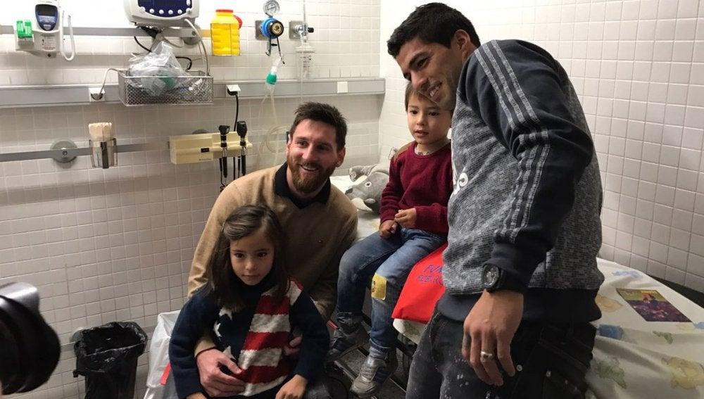 Messi y Suárez reparten ilusión a los niños enfermos