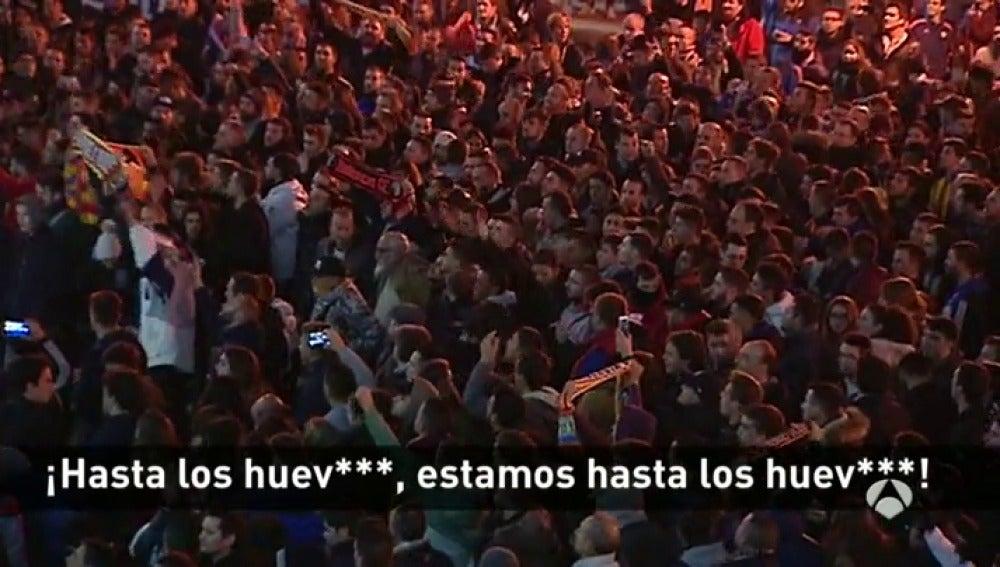 Frame 28.737777 de: El valencianismo explota contra Peter Lim y pide su dimisión en Mestalla