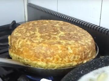Esta es la tortilla de 30 huevos que este señor andaluz ha superado