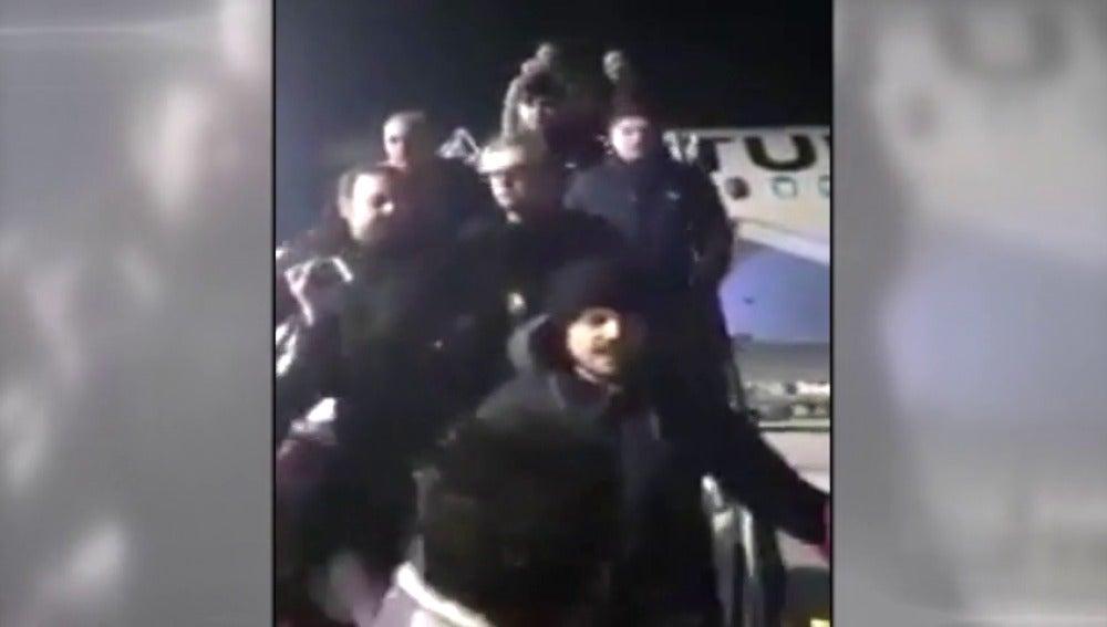 Frame 3.372441 de: Varias personas atacan a un diseñador de moda turco al llegar detenido al Aeropuerto de Estambul