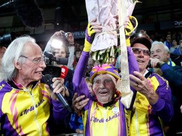 Robert Marchand  celebrando su récord mundial