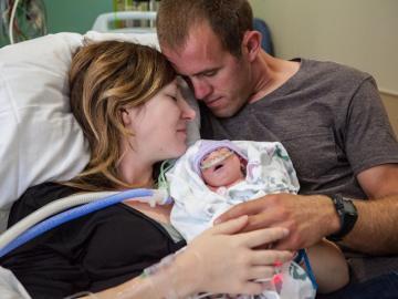 La pareja, con su bebé