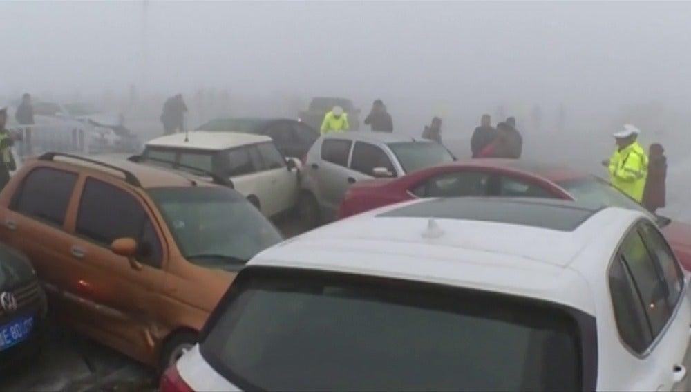 Frame 3.669712 de: Accidente múltiple de 20 vehículos en China como consecuencia de la baja visibilidad por la densa niebla