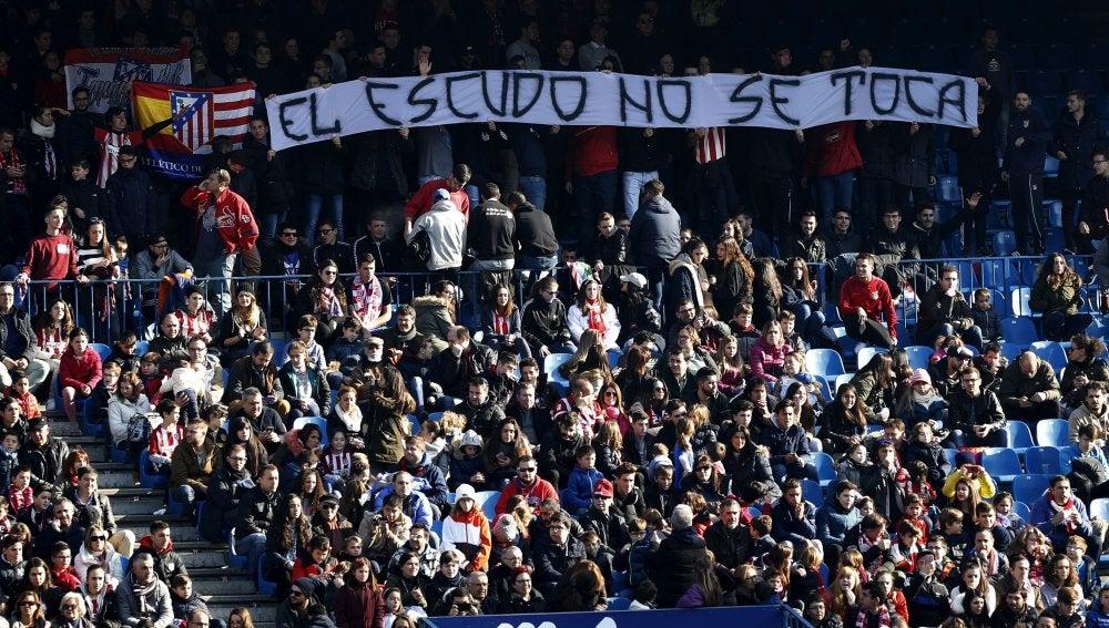 Aficionados presenciando el entrenamiento del Atlético de Madrid