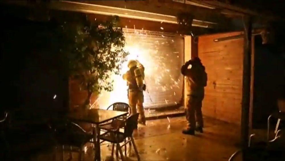 Frame 6.26891 de: El fuego arrasa una pizzería en Torrevieja