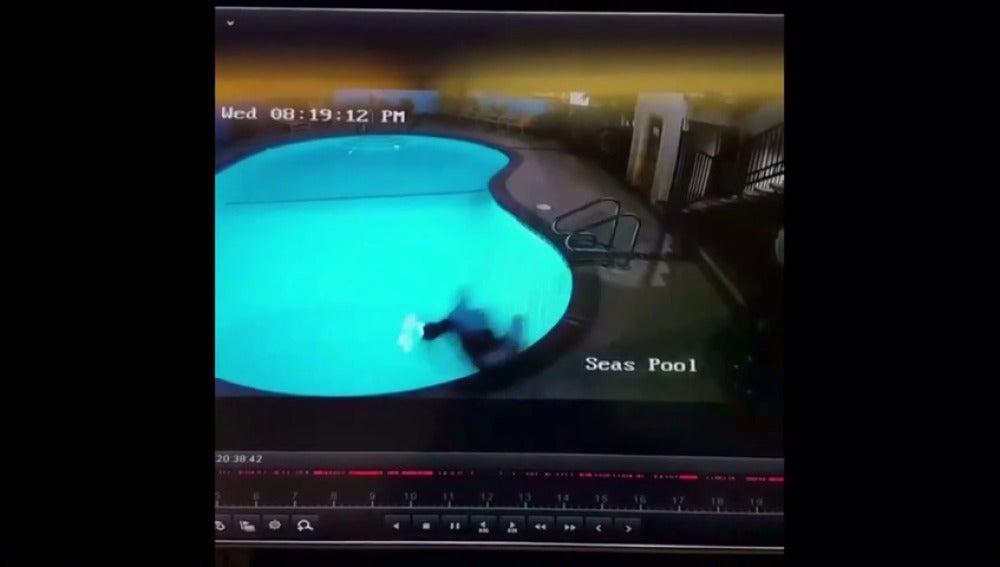 Frame 19.250243 de: Un youtuber se rompe las dos piernas en un salto temerario que grababa para difundir en su canal