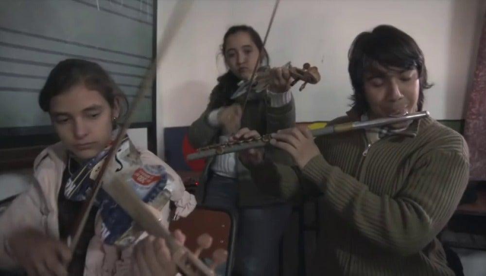 Frame 9.653333 de: La Orquesta de Cateura ofrece un concierto con instrumentos construidos con residuos