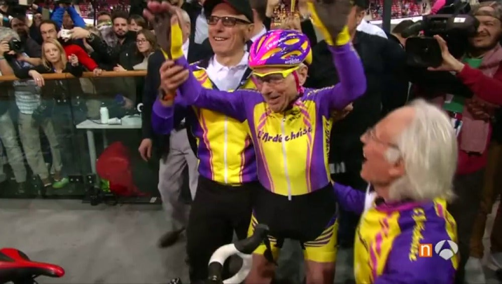 Frame 20.987375 de: Un francés de 105 años supera un récord mundial de la hora en bicicleta