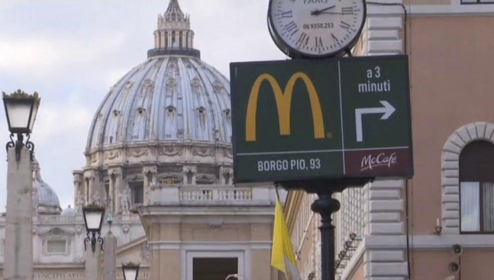 Frame 5.921143 de: Polémica por la apertura de un McDonald's en El Vaticano, a escasos metros de la Plaza de San Pedro