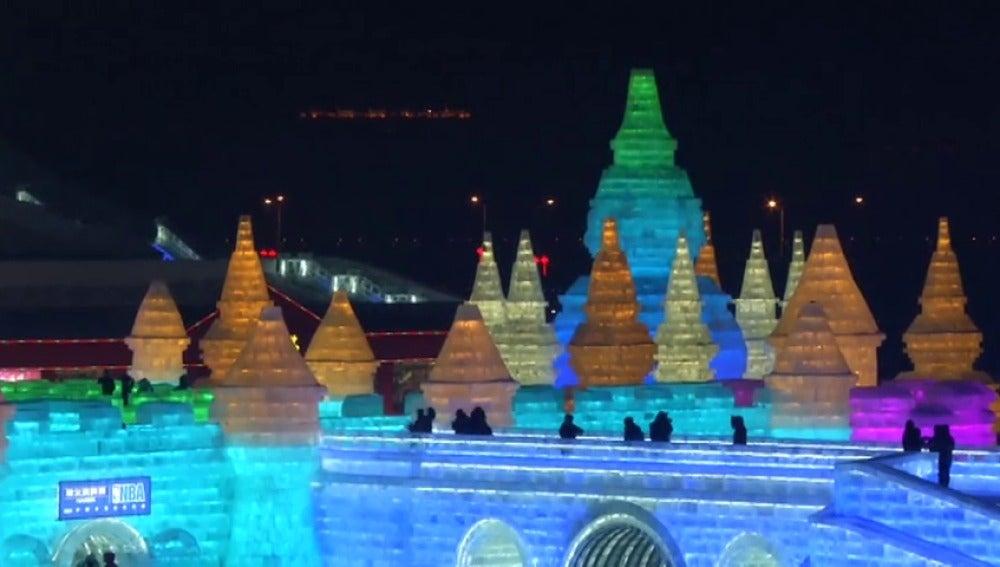 Frame 24.977612 de: Espectacular festival de esculturas de hielo y nieve en China
