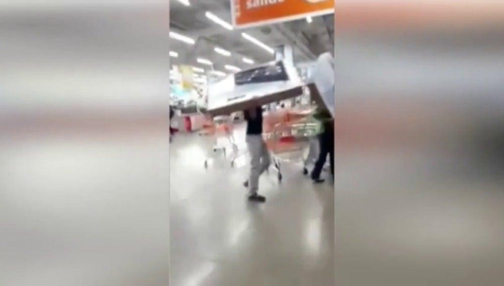 Frame 10.641706 de: Más de 250 detenidos por saqueos en establecimientos comerciales en México