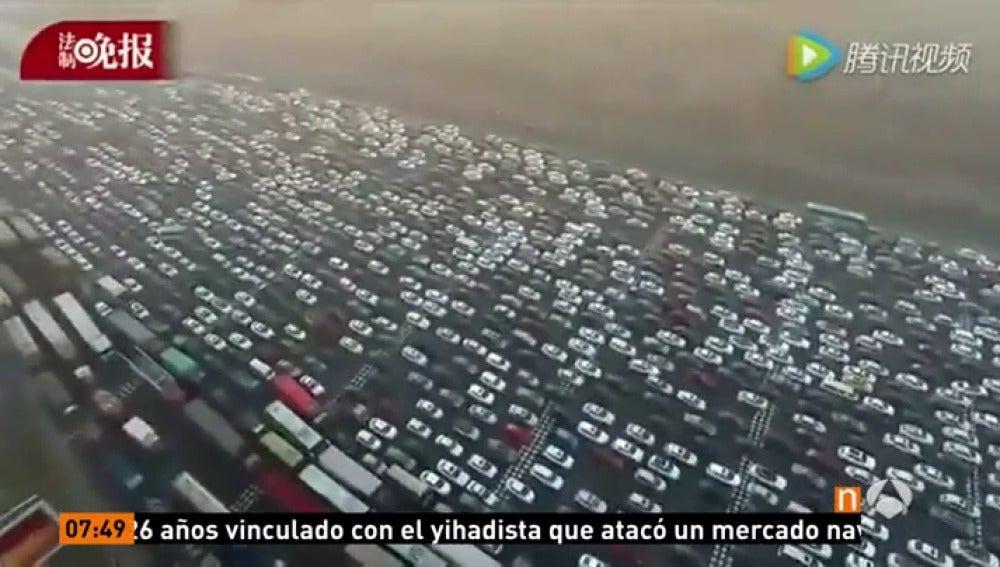Frame 18.537222 de: Monumental atasco en un peaje en una carretera que une Pekín y Hong Kong