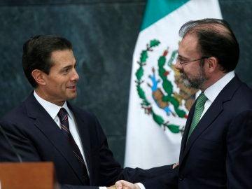 El presidente de México Enrique Peña Nieto, saluda a su exsecretario de Hacienda, Luis Videgaray