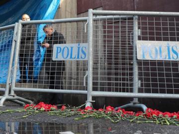 Flores en las barreras de la policía cerca de la entrada a la discoteca Reina